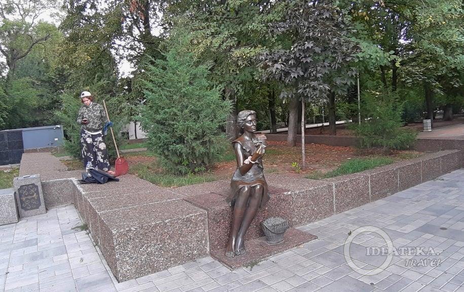 Памятник цветочнице в Ростове-на-Дону