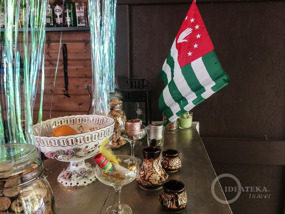 Абхазский флаги в Абхазии везде. Даже на барной стойке.